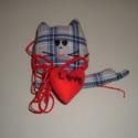ajándék nem csak valentin napra, Dekoráció, Dísz, Kockás macska piros szívvel, magassága 13 cm. Egyéb szállítási mód Foxpost automatába., Meska
