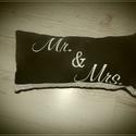 Mr és Mrs párna, Dekoráció, Esküvő, Nászajándék, Hímzés, 40 X 20 cm párna Fekete alapon fehér hímzéssel Csipke díszítéssel az alján.  Tökéletes ajándék nász..., Meska