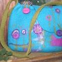 Virágmintás nemeztáska, Táska, Válltáska, oldaltáska, Nemezelés, Kék szín?, merinó gyapjúból készült nemeztáska. A táska jobboldalt egy kis, foltozott zsebecskével ..., Meska