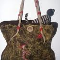 Nemeztáska, Táska, Válltáska, oldaltáska, Nemezelés, Kétpántos, női válltáska. A táskán a bicikliző Arlechino-t ábrázoló kép.  Méretei: 25x25x5 cm., Meska
