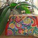 tarka kis kézitáska, Táska, Varrás, A táska bársony és textilbőr kombinálásával készült. A táska méretei 24 cm x 16 cm, a bőség 9 cm., Meska
