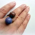Bíbor - orgona gyűrű - kerámia ékszer, Ékszer, Gyűrű, Egyedi kerámia ékszer. A gyűrű alapja réz, állítható. Két mázas kerámia gyöngyöt készítettem rá, az ..., Meska