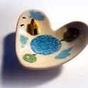 Kis gyűrűtartó tál, házikóval, Konyhafelszerelés, Képzőművészet, Bögre, csésze, Teljes értékű használati tárgy, kézzel festett egyedi darab. A színtelen, fényes máz alatt oxidokkal..., Meska