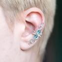 Kék drótozott ezüst fülgyűrű, Ékszer, Fülbevaló, Piercing, testékszer, Ötvös, Ékszerkészítés, Égszínkék üvegkristályokból és ezüstözött drótból készült fülgyűrű.   Hossz: kb. 35mm  A fülgyűrűk ..., Meska
