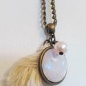 Krém fehér színű medálos lánc, Ékszer, Nyaklánc,  50cm-es bronz színű, csavart szemű láncon, medáltartós szemen 2cm-es repesztett hatású üveglencse, ..., Meska