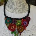 Frida virágoskertje 2, Ékszer, Nyaklánc, A sok horgolt virág, a gyöngyvarrott felületek, gyöngydíszítések teszik izgalmassá ezt az ékszert. F..., Meska