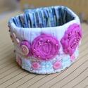 Puder és rózsa, Ékszer, Karkötő, A karkötőhöz egy régi hímzett , apró virágmintás textil használtam, melyet kiegészítettem a saját ké..., Meska