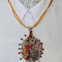 Napfonat, Ékszer, Nyaklánc, A napkorongra emlékeztető medál többféle textil összevarrásával jött létre, melyeket szaba..., Meska