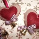 Karácsonyi filc szív függő, csengővel (5 db), Dekoráció, Karácsonyi, adventi apróságok, Karácsonyfadísz, Ajándékkísérő, képeslap, Varrás, 5 db mézeskalács színű szívet varrtam, kizárólag kézi varrással. :-)    Barna gyapjúból, bordó filc..., Meska
