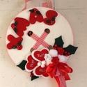 XMAS-gomb-AJTÓDÍSZ, Dekoráció, Ünnepi dekoráció, Karácsonyi, adventi apróságok, Ajtódísz, kopogtató, Fa gomb alapra készítettem. Saját tervezésű filc betűkkel, szivekkel, virágokkal díszítette..., Meska