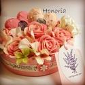 Romantikus rózsák -virágdoboz szívekkel