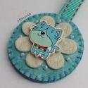 Kék cica-kulcstartó , Ékszer, Bross, kitűző, Gyapjúfilcből készült  kulcstartó . Kézzel készült, fa gyöngyökkel, hímzéssel díszített. Fa gomb fel..., Meska