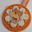 Narancs cica-kulcstartó , Ékszer, Bross, kitűző, Gyapjúfilcből készült  kulcstartó . Kézzel készült, fa gyöngyökkel, hímzéssel díszített. Fa gomb fel..., Meska