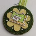 Zöld varrógép-kulcstartó , Ékszer, Bross, kitűző, Gyapjúfilcből készült  kulcstartó . Kézzel készült, fa gyöngyökkel, hímzéssel díszített. Fa gomb fel..., Meska