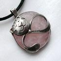Rózsakvarc cica medál - LEFOGLALVA!, Ékszer, Medál, Nyaklánc, Ékszerkészítés, Fémmegmunkálás, Saját tervezésű egyedi kézműves alkotás.  A medál Tiffany technikával készült rózsakvarc  és ólomme..., Meska