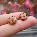 Csokidarabos süti fülbevaló, Ékszer, Fülbevaló, Gyurma, LEÍRÁS -Egy pár csokidarabkás fülbevaló -Méretek (kb.) 1,1cm x 1,1cm x 0,4cm -Anyag: süthető gyurma..., Meska