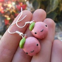 Almás fülbevaló, Ékszer, Fülbevaló, Gyurma, LEÍRÁS - Egy pár mosolygós almás fülbevaló - Méretek (kb.) 1,5cm x 1,2cm x 1,5cm - Anyag: süthető g..., Meska