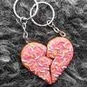 Szív alakú cukros süti - páros kulcstartó, Mindenmás, Férfiaknak, Szerelmeseknek, Kulcstartó, Gyurma, LEÍRÁS - Két fél süti, amik összeillesztve egy szívet alkotnak :D - Méretek (egy fél): 5cm x 3,8cm ..., Meska