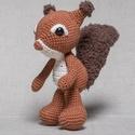 Horgolt mókus, Játék, Játékfigura, A saját tervezésű, aprólékos igényességgel kidolgozott mókus magassága állva 19 cm. Fülei vége és a ..., Meska