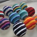 Csörgős labda, Játék, Készségfejlesztő játék, Csörgős labda kb. 10-12cm átmérőjű horgolt labda különböző színekben pamut fonal, PE töl..., Meska