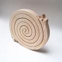 Szerelmes csigák - 2 in 1 - fából készült lábosalátét, Konyhafelszerelés, Edényalátét, Famegmunkálás, Újrahasznosított alapanyagból készült termékek, Ez a jópofa és egyben praktikus, szerelmes csigákat formázó edényalátét  kőrisfából készült. A két ..., Meska