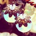 Ragyogó égi virág, Ékszer, Esküvő, Fülbevaló, Esküvői ékszer,   Egy gyönyörű fazettált opalit (szintetikus holdkő) gyöngy díszíti a fülbevalót, mérete, 1,20x1,50 ..., Meska