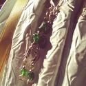 Újhold, Ékszer, Esküvő, Fülbevaló, Esküvői ékszer,   Áttetsző peridot ásvány gyöngyök és egy apró holdacska díszíti ezt az ékszert. Hossza: 4,50 cm Aka..., Meska