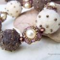 Barokk elegancia  - trüffel karkötő, Különböző nagyságú gyöngyökből fűzött g...