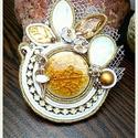 'Balerina' - bross , Ékszer, óra, Bross, kitűző, Különleges, egyedi kivitelezésű bross arany-fehér színekben. Megrepesztett kerámia kaboson került be..., Meska