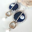 Kék-fehér - fülbevaló, Ékszer, Fülbevaló, Textil, műbőr és gyöngy kombinációja ez az egyedi fülbevaló.  A gyönggyel díszített kör egyik fele s..., Meska