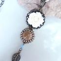 Törtfehér rózsás  nyaklánc , Ékszer, Esküvő, Nyaklánc, Esküvői ékszer, Minőségi anyagokból összeállított, dekoratív nyaklánc. Fém filigránon szépséges kis rózsa, selymes, ..., Meska
