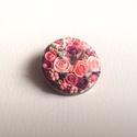 Virágcsokor kitűző - rózsaszín, Ékszer, Bross, kitűző, Süthető gyurmából készült apró virágos kerek kitűző, sütés után lakkoztam.  Átmérője..., Meska