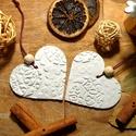 Kéz a kézben, Otthon & Lakás, Dekoráció, Függődísz, Gyurma, Két dombornyomott szív alakú függődísz, melyet fa gyönggyel díszítettem.  Levegőn száradó gyurmából..., Meska