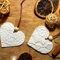 Csipkeszív, Otthon & Lakás, Dekoráció, Függődísz, Gyurma, Horgolt mintás dombornyomott szív formájú függődísz.  Levegőn száradó gyurmából készítettem, fa gyö..., Meska