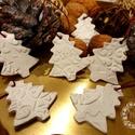 Fenyőerdő, Karácsony & Mikulás, Karácsonyi dekoráció, Gyurma, Levegőn száradó gyurmából készítettem ezeket a kis fenyő formájú függődíszeket.  Mérete: Fenyő: 5 c..., Meska