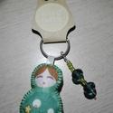Matrjoska (матрёшка) kulcstartó gyöngyökkel díszítve (zöld), Dekoráció, Varrás, Ezt a kedves kulcstartót filcanyagból készítettem. Színében illő fonallal öltöttem össze, és harmon..., Meska