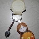 Matrjoska (матрёшка) kulcstartó gyöngyökkel díszítve (narancs-ocelot), Dekoráció, Varrás, Ezt a kedves kulcstartót filcanyagból készítettem. Színében illő fonallal öltöttem össze, és harmon..., Meska