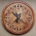 Kolibri - Faragott Falióra, Dekoráció, Képzőművészet, 24x24 cm. Ék faragási technikával készült. Alapanyaga: bükkfa, felületkezelése vizes pác , majd leno..., Meska