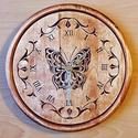 Pillangó - Faragott Falióra, Dekoráció, Képzőművészet, 24x24 cm. Ék faragási technikával készült. Alapanyaga: bükkfa, felületkezelése vizes pác , majd leno..., Meska