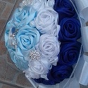 Menyasszonyi csokor, Esküvő, Esküvői csokor, Szatén szalagból készültek a rózsák. 28 cm széles, 30cm magas, 5-6 cm rózsák. A csokrot brossok dísz..., Meska