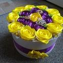 Doboz szatén rózsákkal , Dekoráció, Dísz, Szatén szalagból készült rózsa, dobozba zárva. 23 cm a doboz, melyeket szatén rózsa díszít. 6 cm-es ..., Meska
