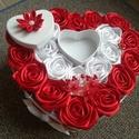 Doboz szatén rózsákkal , Dekoráció, Dísz, Szatén szalagból készült rózsa díszíti a dobozt. A szív 26 cm-es, a rózsák 6 cm-esek. Bármilyen alka..., Meska