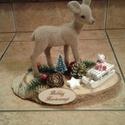 Asztal dísz, Dekoráció, Karácsonyi, adventi apróságok, Ünnepi dekoráció, Karácsonyi dekoráció, Fa alapra készült ez a kis asztal dísz melyet egy kis őzike díszít. Mérete 23x11 cm, magassá..., Meska