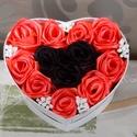 Rózsabox, Esküvő, Otthon & lakás, Esküvői dekoráció, Dekoráció, Dísz, Lakberendezés, Asztaldísz, Virágkötés, Szív alakú szatén  rózsabox,piros(hibiszkusz) és fekete párosításban,apró fehér virágokkal. A box m..., Meska