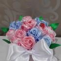 Szaténrózsa asztaldísz, Esküvő, Otthon & lakás, Esküvői dekoráció, Dekoráció, Csokor, Lakberendezés, Asztaldísz, Virágkötés, Szaténrózsa asztaldíszt. 17 db rózsa van benne,magassága kb .15 cm. Babakék,babarózsaszín és fehér ..., Meska