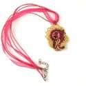 Aranyos nyaklánc, pink arany nyaklánc, pink medál, ajándék nőknek születésnapra, karácsonyra, Ékszer, Nyaklánc, Ékszerkészítés, Gyöngyfűzés, A nyaklánc közepén egy szépséges swarovski kristály csillog-villog. A színét nem is tudom meghatáro..., Meska