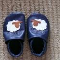 Biri bárányos éjkék-fehér  baba bőrcipő, puhatalpú cipő,  rendelhető, Baba-mama-gyerek, Ruha, divat, cipő, Cipő, papucs, Bőrművesség, Varrás, Puhatalpú cipőimet I. osztályú bőrből készítem. Biri bárány a gyermek felé néz. Pofija és lábai kéz..., Meska