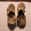 Beige, törtfehér női bőr balerina jellegű mokaszin, Piloo, Ruha, divat, cipő, Baba-mama-gyerek, Cipő, papucs, Bőrművesség, Varrás, Valódi, első osztályú bőrből készült, női mokaszin,  balerinacipő jellegű fazon.  A színe: beige,tö..., Meska