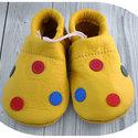 Pöttyös sárga drazsé Piloo bőrcipő, puhatalpú babacpő, Baba-mama-gyerek, Ruha, divat, cipő, Baba-mama kellék, Cipő, papucs, Bőrművesség, Varrás, Puha bőrből készült ez a cipőcske, felső részét pöttyök díszítik.  Alapszín sárga,  pöttyök: kék, z..., Meska