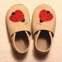 Törtfehér katicás cipő,19,20, 21-es cipő,  Katica bőr babacipő, törtfehér -piros, Pilooshoe, Baba-mama-gyerek, Ruha, divat, cipő, Baba-mama kellék, Cipő, papucs, Bőrművesség, Varrás, Készleten lévő cipőcske: 19, 20, 21 cipőméret  Puha bőrből, rendelésre készül ez a kis cipő.  A fel..., Meska